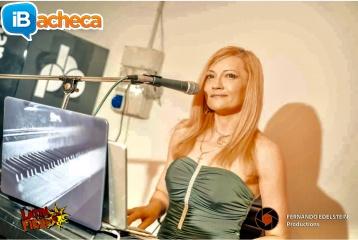 Immagine 2 - Presentatrice, cantante,