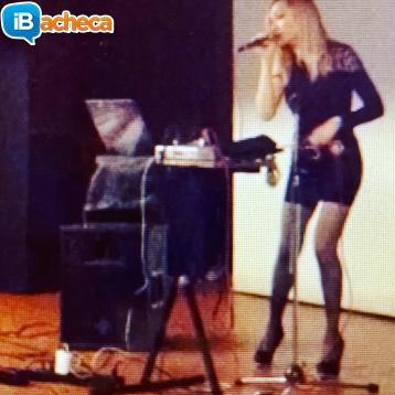 Immagine 5 - Presentatrice, cantante,